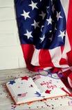 Dzienniczek z szkłami otwiera na dacie Lipiec 4, szczęśliwy dzień niepodległości, patriotyzm i pamięć weterani, zdjęcia royalty free