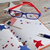 Dzienniczek z szkłami otwiera na dacie Lipiec 4, szczęśliwy dzień niepodległości, patriotyzm i pamięć weterani, fotografia stock