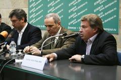 Dziennikarz Aleksander Ryklin mówi przy konferencją prasową Rosyjska opozycja obraz stock