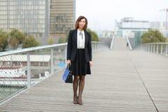 dziennikarz kobieta w biznesów ubraniach iść pracować Obrazy Stock