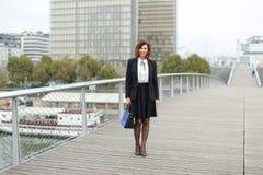 dziennikarz kobieta w biznesów ubraniach iść pracować Zdjęcia Royalty Free