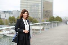 dziennikarz kobieta w biznesów ubraniach iść pracować Obraz Royalty Free