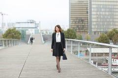 dziennikarz kobieta w biznesów ubraniach iść pracować Fotografia Stock