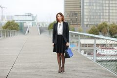 dziennikarz kobieta w biznesów ubraniach iść pracować Zdjęcie Stock