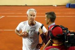 Dziennikarz przeprowadza wywiad John McEnroe po tenisowego dopasowania zdjęcie stock