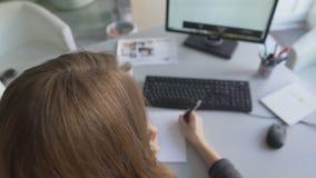 Dziennikarza writing dochodzenia dane, bierze wywiad dla magazynu telefonem zbiory