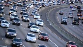 Dzienny godzina szczytu ruch drogowy na Ruchliwie autostradzie w Los Angeles zbiory