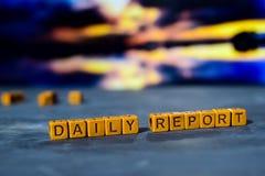 Dzienny raport na drewnianych blokach Krzyż przetwarzający wizerunek z bokeh tłem obrazy royalty free