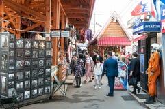 Dzienny targowy pełny wszystkie rodzaje Rosyjskie pamiątki, rzemiosła kupować w Izmailovo Kremlin Fotografia Stock