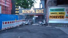 Dzierżawi roweru roweru wynajmowanie w Berlin przy Alexa zdjęcie royalty free