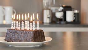 Dziesięć świeczek na urodzinowego torta płonącym puszku być wystrzelony w nowożytnej kuchni out zdjęcie wideo