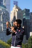 Dziesięć czasów wielkiego szlema mistrz Novak Djokovic pozuje w central park z mistrzostwa trofeum Obrazy Royalty Free