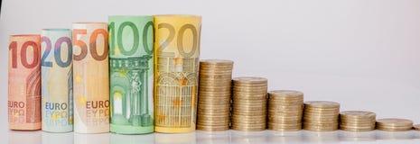 Dziesięć, dwadzieścia, pięćdziesiąt, sto, dwieście i moneta euro staczający się, wystawiają rachunek banknoty na białym tle Histo obraz stock