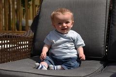 Dziesięć miesiąc starej chłopiec siedzących puszków outdoors Obrazy Royalty Free