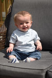 Dziesięć miesiąc starej chłopiec siedzących puszków outdoors Zdjęcie Royalty Free