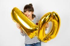 Dziesięć przyjęć urodzinowych dziewczyna z złotymi balonami Zdjęcia Royalty Free