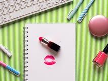 Dziewczęcy flatlay z klawiaturą, notatnikiem i makeup, Obrazy Stock