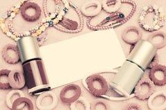 Dziewczęcy mody pojęcie Mnóstwo wspaniali eleganccy różowi kobiet akcesoria Kolorowe gwoździa połysku butelki, włosiani faborki,  Obraz Royalty Free
