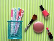 Dziewczęcy flatlay z pastelowymi piórami i makeup Obrazy Stock