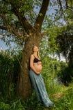 dziewczynę w ciąży postawić Obraz Stock