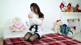dziewczyn łóżkowe kwietnikowe pościele zbiory wideo