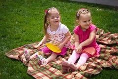 dziewczyn bawić się mały wpólnie Zdjęcia Royalty Free