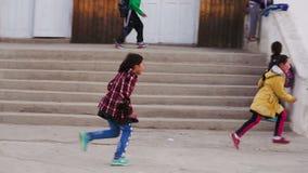 Dziewczyn bawić się w kontakcie i bieg zbiory