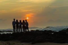 Dziewczyn chłopiec wschodu słońca Sylwetkowy Plażowy ocean Zdjęcie Royalty Free