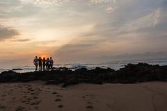 Dziewczyn chłopiec wschodu słońca Sylwetkowy Plażowy ocean Zdjęcie Stock