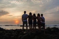 Dziewczyn chłopiec wschodu słońca Sylwetkowy Plażowy ocean Obrazy Stock
