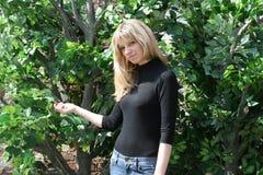 dziewczyn drzewa zieleni pobliski trwanie obrazy stock
