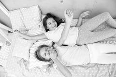 Dziewczyn dzieci kłaść na łóżku z ślicznych poduszek odgórnym widokiem Piżamy przyjęcia pojęcie zabaw dziewczyny Dziewczęcy sekre obrazy stock