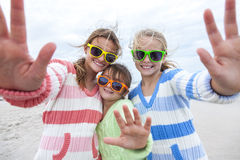 Dziewczyn dzieci siostry Bawić się na plaży Obrazy Royalty Free