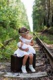Dziewczyn dziewczyn letni dzień udaje twarze Zdjęcia Stock