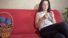 Dziewczyn dziewiarskie igły zdjęcie wideo