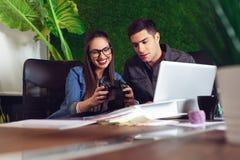 Dziewczyn fotografiom pokazywać że wziąć przy budową jej biurowy partner fotografia royalty free