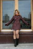 dziewczyn frontowi okno zdjęcie stock