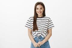 Dziewczyn gromadzeń się odwaga mówić znacząco słowa chłopak Atrakcyjna europejska kobieta w modnej pasiastej koszulce, dotyka Zdjęcia Stock