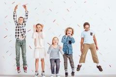 Dziewczyn i chłopiec skakać Zdjęcie Stock