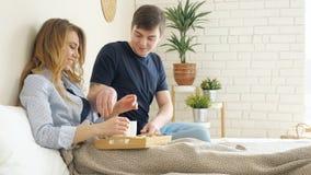 Dziewczyn kłamstw faceta serw śniadaniowi w łóżkowej parze piją kawę zdjęcie wideo