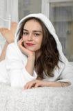 Dziewczyn kłamstwa w łóżkowym właśnie budzili się up zdjęcia stock