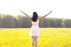 Dziewczyn menchii suknia jest skokowym łąkowym latem, szczęścia pojęcia zabawa pomysł, relaks postaci słońca radość Zdjęcie Royalty Free