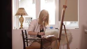 Dziewczyn mieszanek farby obsiadanie przy okno zdjęcie wideo