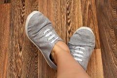 Dziewczyn nogi, sneakers i Obrazy Royalty Free