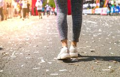 Dziewczyn nogi w bia?ym sporcie kuj? pozycj? na bieg ?ladzie z stadium stojakami obrazy royalty free