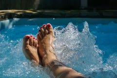 Dziewczyn nogi w jacuzzi Zdjęcia Royalty Free