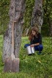 Dziewczyn obmyć wiadro w ogródzie zdjęcie royalty free