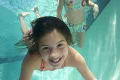 Dziewczyn Pływać Podwodny Obrazy Royalty Free