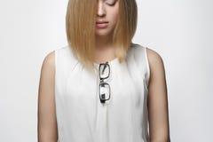 dziewczyn piękni blond szkła Fotografia Royalty Free