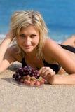 dziewczyn piękni winogrona Obraz Royalty Free